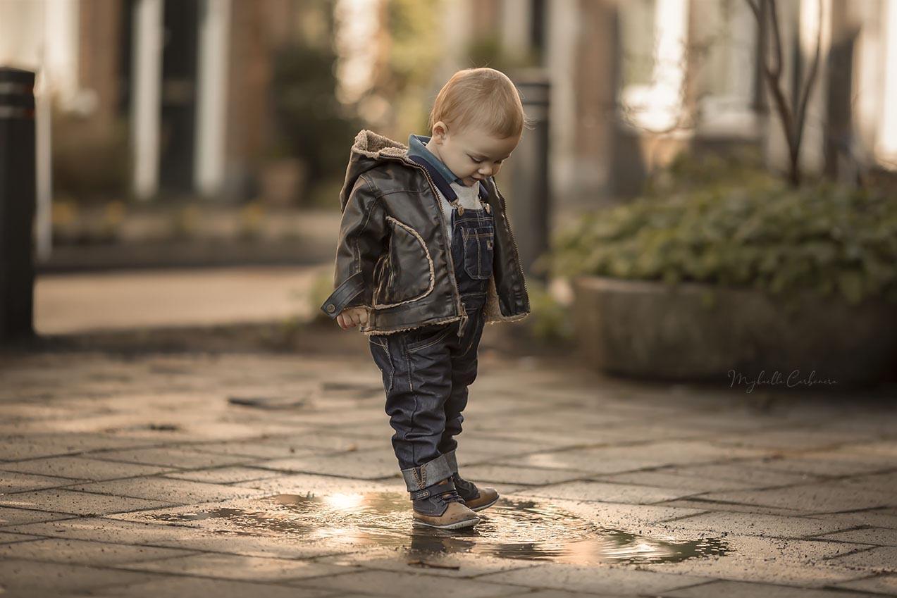 menino brincando com poça d´água ph