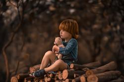 menino e ursinho na natureza