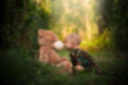 Menina com leucemia brinca com ursinho n