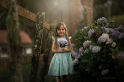 Ana Clara segura hortência do jardim