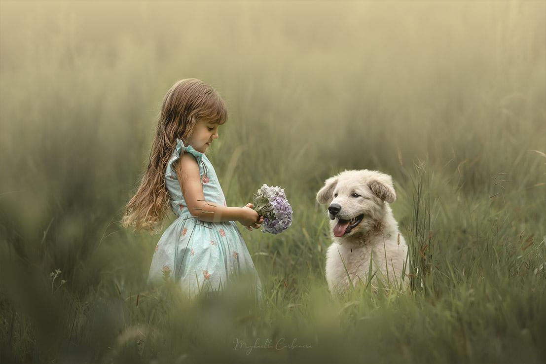 Clarinha brinca com cachorro no sítio