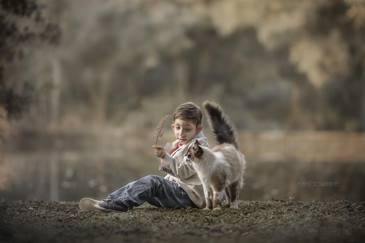Criança especial brincando com gato