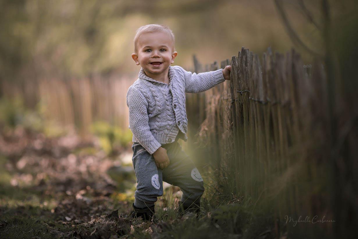 criança_loira_sorrindo_no_sítio ph
