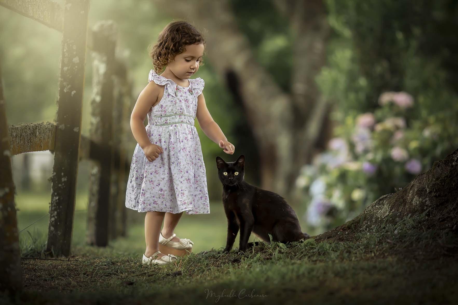 Heloá com o gato no sítio