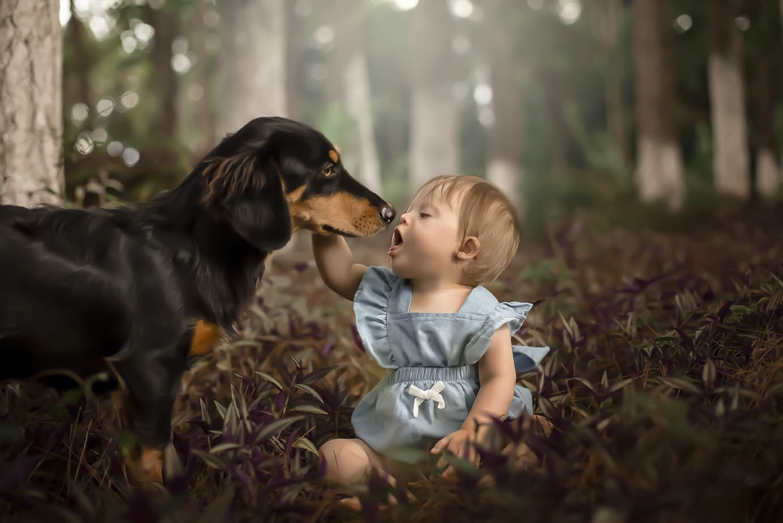 Menina com down brinca com cachorro