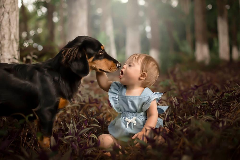 Fotografia de criança com cachorro na natureza