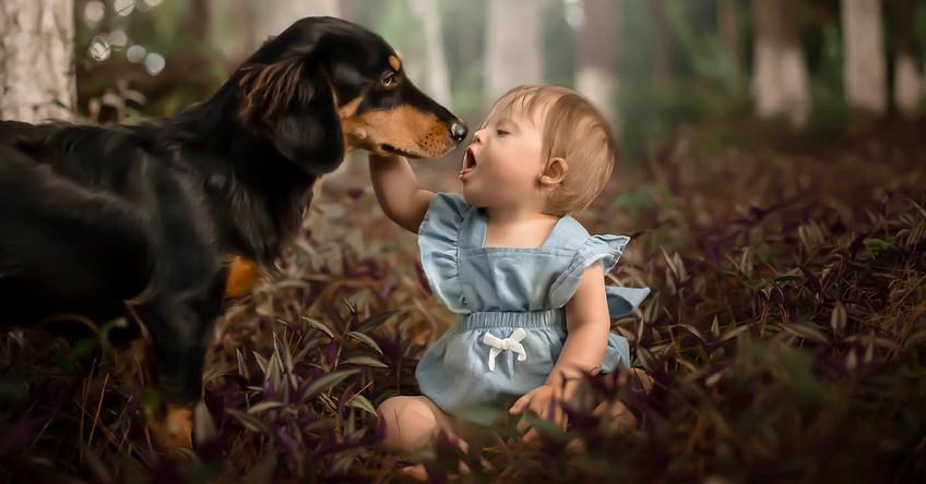 Menina beijando cachorrinho no parque