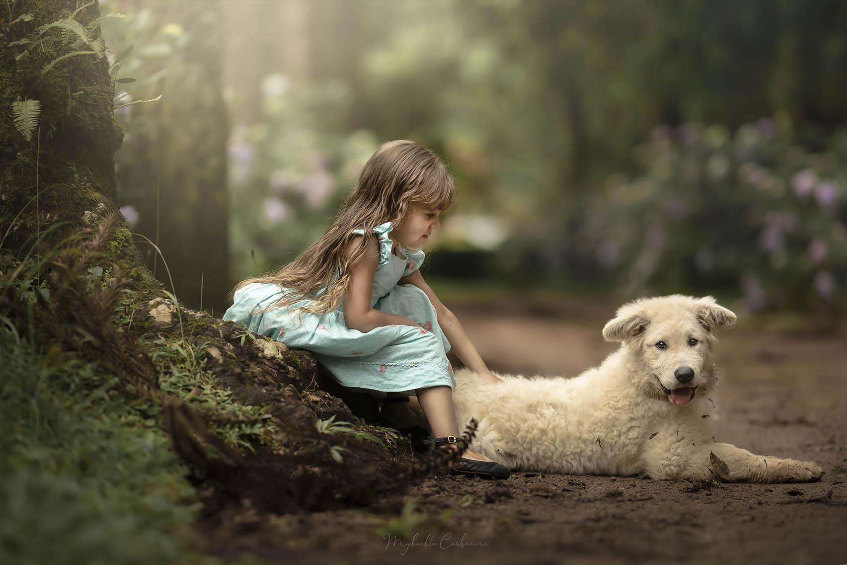 Menina brinca com cachorro