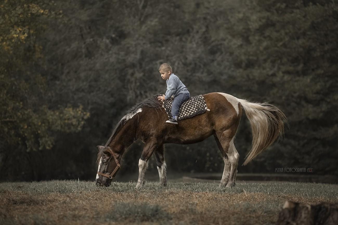 Menino andando de cavalo