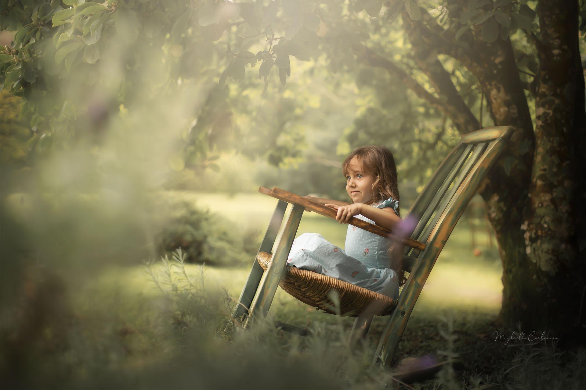 Ana Clara brinca na cadeira de balanço