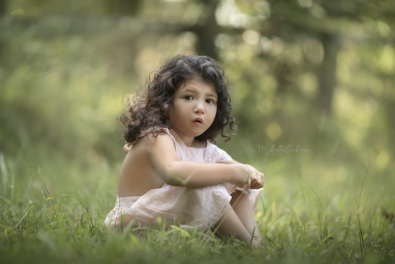 Foto de menina sentada na grama