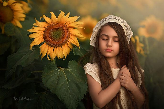 Maria Valentina com girassóis - Mykaella