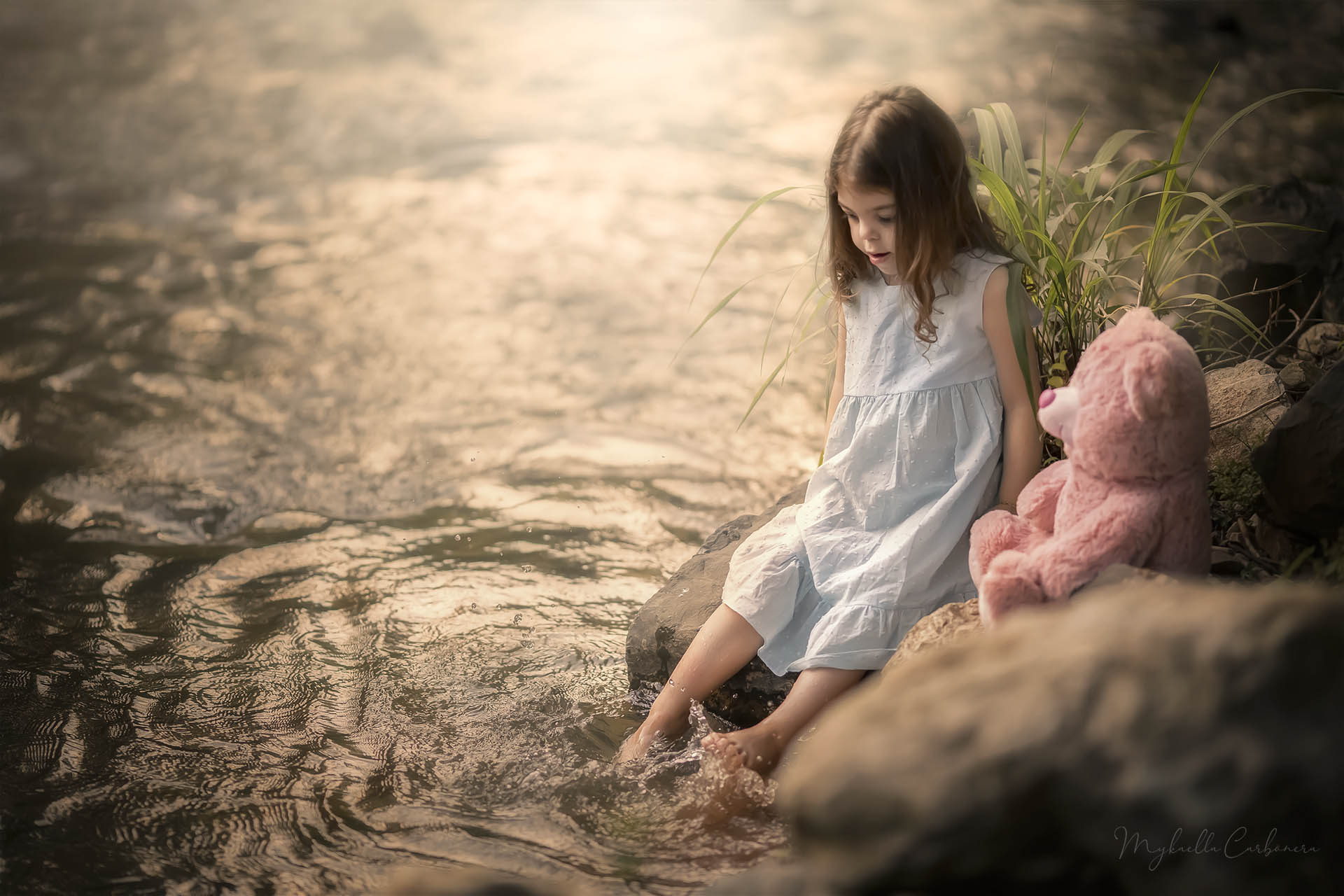 Menina brinca no rio
