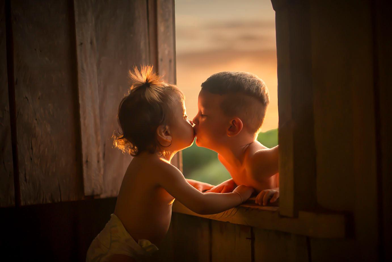 Priminhos se beijando