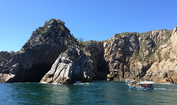 A Gruta Azul é um dos destinos mais procurados em passeios de barco em Arraial do Cabo