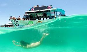 A Praia do Forno em Arraial do Cabo é um dos melhores destinos de passeio de barco