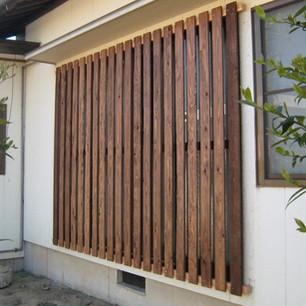 木製の縦格子をとりつける