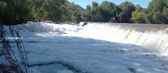 ¿Qué causa la espuma en el río Aldama?