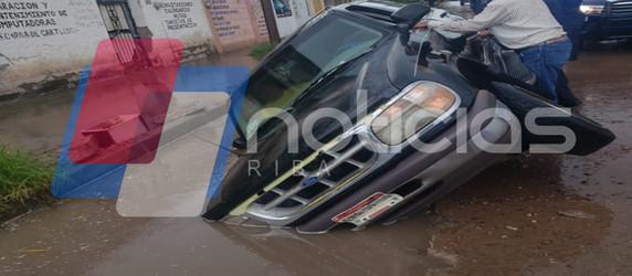 Cae camioneta en zanja de la Junta de Aguas por falta de señalización.