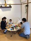家族で食事の写真