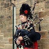 Bagpiper_in_Edinburgh_001.jpg