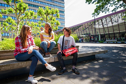 1000-radboud-three-students-campus.png
