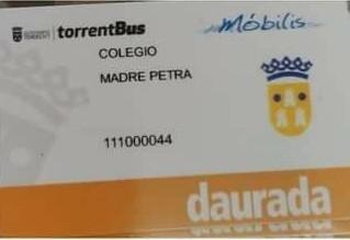 El Ayuntamiento entrega tarjetas doradas de TorrentBus al colegio Madre Petra