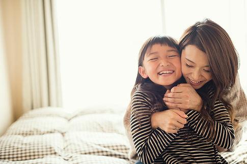 Madre e hija abrazos