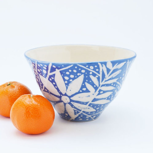 Daisy and willow pattern blue bowl
