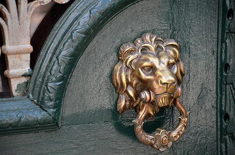 doorknocker-1824584_1920.jpg