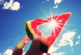 I primi caldi, la voglia di mare e di sole: proteggiti anche con i giusti alimenti