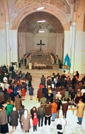 Первые богослужения в храме после его возвращения