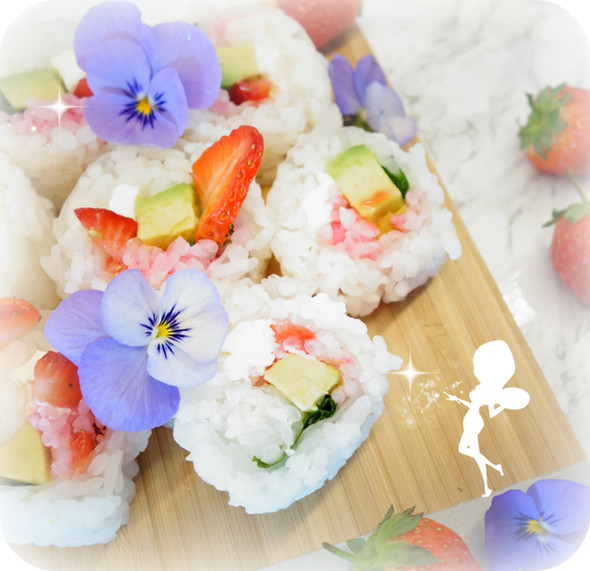 """JOLIS SUSHIS ;) Strawberry Roll"""