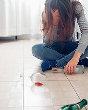 dependencia-de-alcool-feminino-jovem-mul
