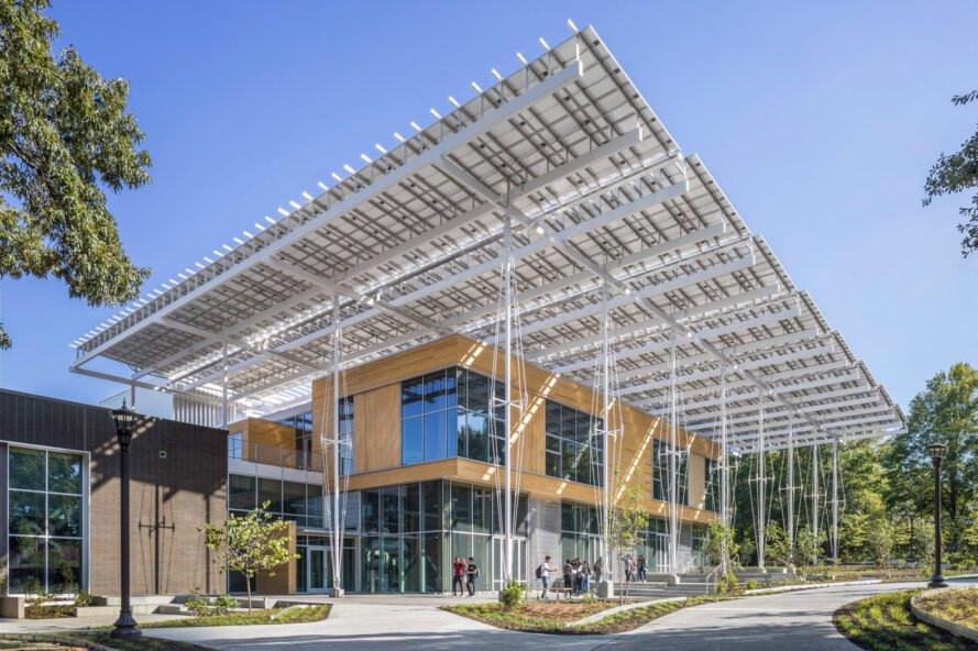 Bina kendi enerji ihtiyacından fazlasını güneş panellerinden elde ederken güneş panel yüzeylerinde toplanan yağmur suyunu da hasar ediyor.