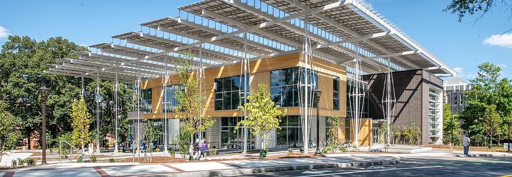 Bina kendi enerji ihtiyacından fazlasını güneşten elde ediyor.