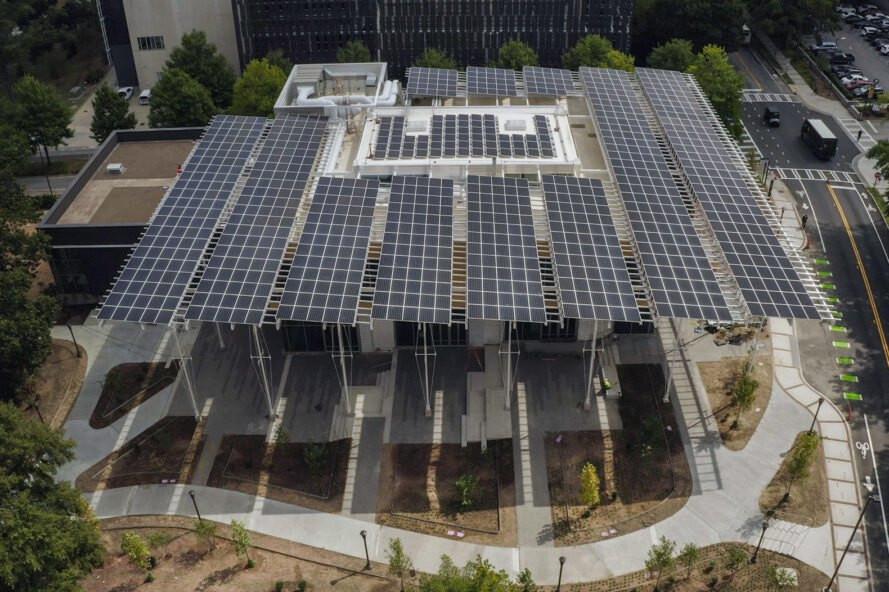 Çatı yüzeyi tamamen güneş panelleri ile kaplı. Bu paneller bina ve çevresindeki ısı adası etkisini azaltıyor.