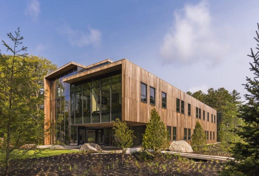 Bina çevresinde su tüketmeyen yöreye adapte bitkiler ile peyzaj uygulaması yapılmış durumda.