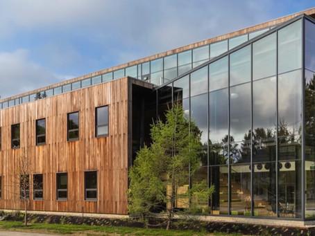 LEED Platin Sertifikalı Roux Çevre Merkezi Çevre Araştırmaları İçin Öğrencilere Hizmet Sunuyor