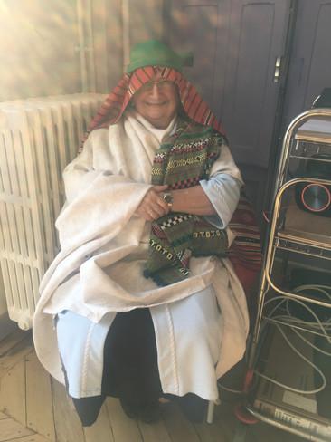 Soeur Anne-Marie déguisée en Moïse lors de la célébration de noël au centre assomption de Lourdes