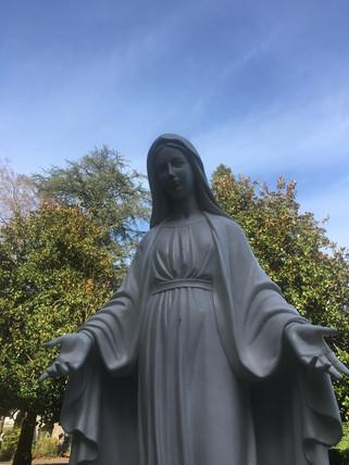 La vierge Marie dans le jardin du centre assomption