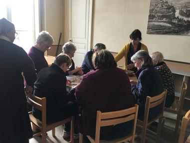 Atelier mosaïque pendant la halte de noël au centre assomption