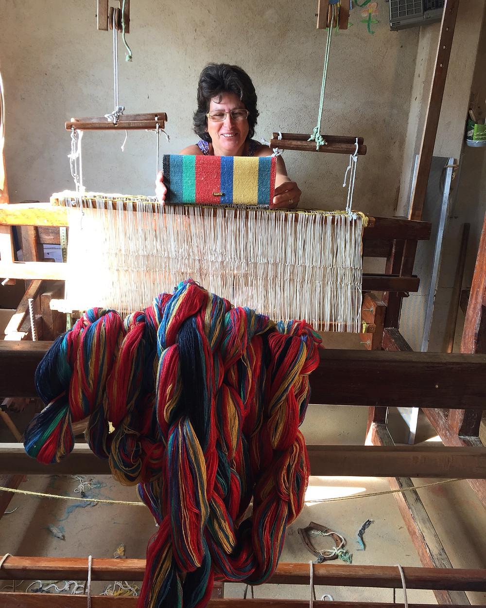 Artesã Salomé Alves. Tear manual, tecelagem manual, dos calçados sustentáveis da Trópicca