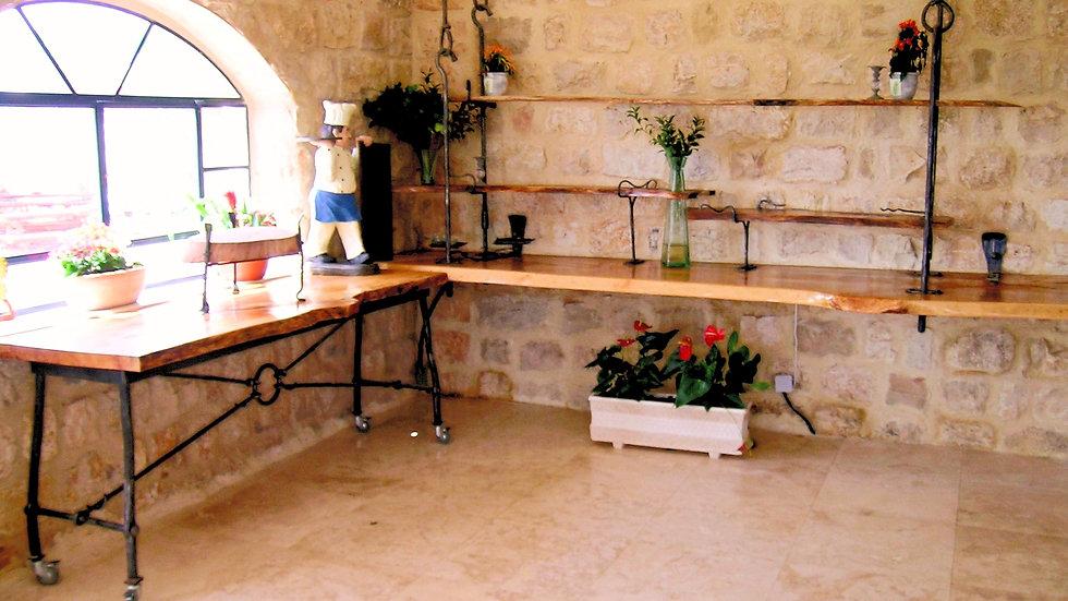 מזנון נייד ומדפים תלויים בחדר האוכל של אתר האירוח הרוח הגלילית