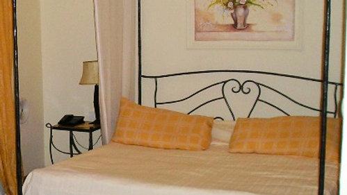 מיטת ברזל עם גב מיטה ואפריון