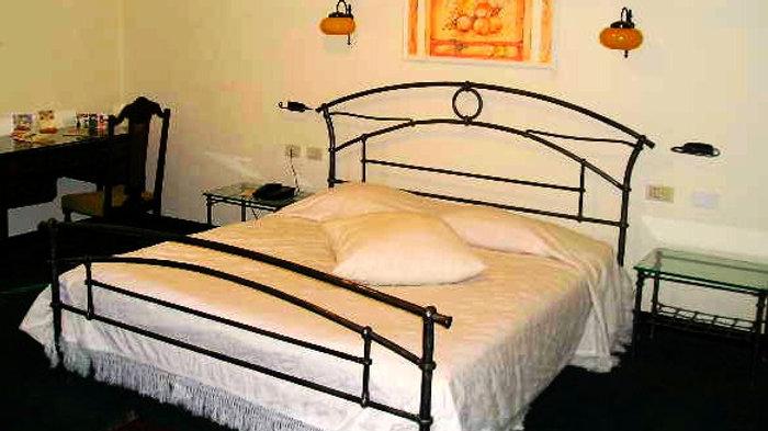 מיטת ברזל בעיצוב מינמליסטי