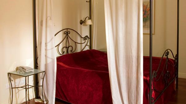 מיטת ברזל בסגנון ארט נובו עם אפיריון