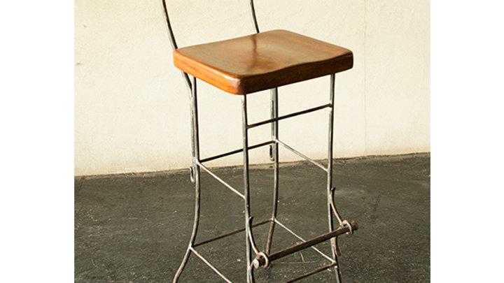 כסא בר בנפחות - משענת עץ