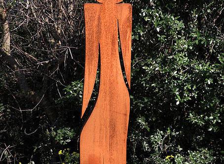 """פסל הנערה שיצרתי משתתף  בתערוכת """"פיסול חוצות"""" בגן העיר – ת""""א"""