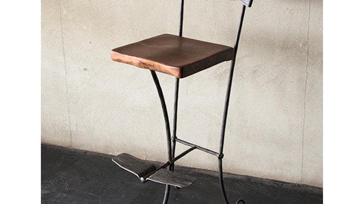 כסא בר בנפחות - משענת ברזל